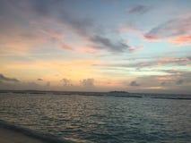 Solnedgång på den Kurumba ön, Maldiverna Arkivbilder
