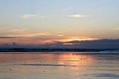 Solnedgång på den Kuta stranden royaltyfria bilder