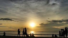 Solnedgång på den Kuta stranden, Bali royaltyfria foton