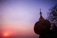Solnedgång på den Kyaiktiyo pagoden Arkivbild