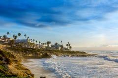 Solnedgång på den La Jolla kuststranden arkivfoto