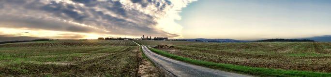 Solnedgång på den lantliga byn för Vexin region i Frankrike Arkivbild