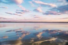 Solnedgång på den lugna sjön Royaltyfria Bilder