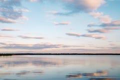 Solnedgång på den lugna sjön Arkivbild