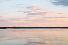 Solnedgång på den lugna sjön Royaltyfri Fotografi