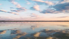 Solnedgång på den lugna sjön Arkivbilder