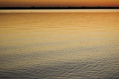 Solnedgång på den lugnaa laken Royaltyfri Bild