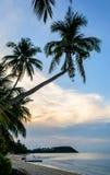 Solnedgång på den Maenam stranden arkivbilder