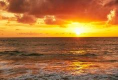 Solnedgång på den Mai Khao stranden i Phuket Royaltyfri Bild