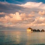 Solnedgång på den Maldiverna ön Arkivfoton