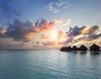 Solnedgång på den Maldiverna ön, vattenvillor, bungalow på havet Royaltyfria Foton