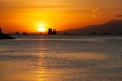 Solnedgång på den Manila fjärden arkivbilder