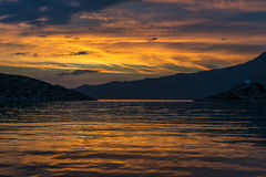 Solnedgång på den medelhavs- kusten royaltyfri foto