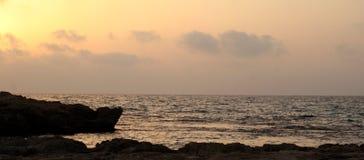 Solnedgång på den medelhavs- seacoasten royaltyfria bilder