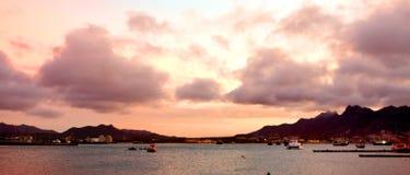 Solnedgång på den Mindelo fjärden Arkivfoto