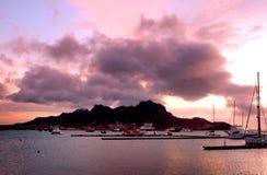 Solnedgång på den Mindelo fjärden Royaltyfri Foto
