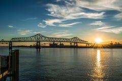 Solnedgång på den Mississippi River flodfördämningen i i stadens centrum Baton Rouge Arkivbilder