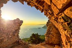 Solnedgång på den Monolithos slotten Arkivfoto