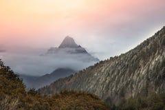 Solnedgång på den MuGeTso nationalparken i Sichuan royaltyfria bilder