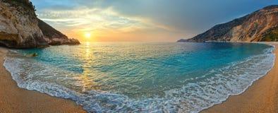 Solnedgång på den Myrtos stranden (Grekland, Kefalonia, det Ionian havet) Arkivbilder