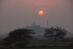 Solnedgång på den Nanda-gaon kullen Royaltyfri Foto