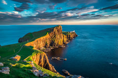 Solnedgång på den Neist punktfyren, Skottland royaltyfria bilder
