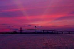 Solnedgång på den Newport bron, Newport, RI Royaltyfria Bilder