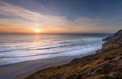Solnedgång på den norr Cornwall för th kusten fotografering för bildbyråer