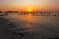 Solnedgång på den Nusa Penida stranden Bali Arkivfoto