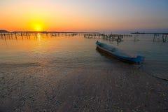 Solnedgång på den Nusa Penida stranden Bali Royaltyfri Foto