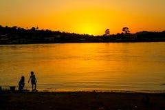 Solnedgång på den Ogowe floden, Gabon Arkivbild