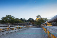 Solnedgång på den osaka slotten i Kyoto, Japan Royaltyfri Bild
