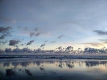 Solnedgång på den Parangtritis strandYogyakarta staden, Indonesien royaltyfri foto