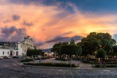 Solnedgång på den Parque centralen - Antigua, Guatemala Arkivbild