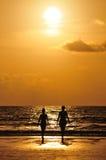 Solnedgång på den Patong stranden Arkivbild