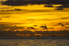 Solnedgång på den Patong stranden, Phuket, Thailand Royaltyfri Fotografi