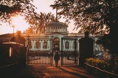 Solnedgång på den Pavlovsky järnvägsstationen royaltyfri foto