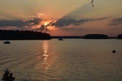 Solnedgång på den Pestovo behållaren, solnedgång på sjön royaltyfri bild