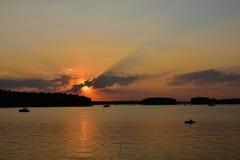 Solnedgång på den Pestovo behållaren, solnedgång på sjön arkivfoto