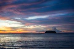 Solnedgång på den Phuket ön royaltyfria bilder