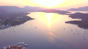 Solnedgång på den Poros ön, Grekland Flyg- surrfoto arkivfilmer