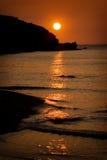 Solnedgång på den Porth stranden, Cornwall, England arkivfoto