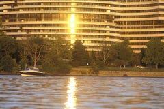 Solnedgång på den Potomac River och Watergate byggnaden, Washington, DC Royaltyfri Foto