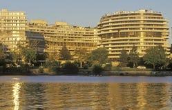 Solnedgång på den Potomac River och Watergate byggnaden, Washington, DC Arkivfoto