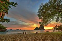 Solnedgång på den Railay stranden i Thailand Royaltyfri Bild