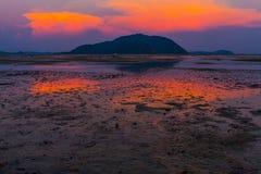 Solnedgång på den Rawai stranden phuket Arkivfoto