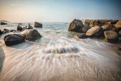 Solnedgång på den Rayong stranden Royaltyfria Bilder
