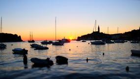 Solnedgång på den Rovinj hamnen, Kroatien arkivbild