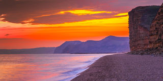 Solnedgång på den sötvattens- stranden Royaltyfri Fotografi