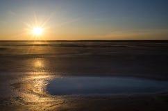 Solnedgång på den salta sjön Royaltyfri Bild